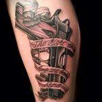 тату пистолет на ноге девушки - фото готовой татуировки 01092016 6119 tatufoto.ru