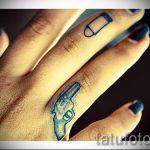 тату пистолет на пальце - фото готовой татуировки 01092016 5124 tatufoto.ru