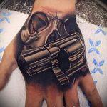 тату пистолет на руке - фото готовой татуировки 01092016 1125 tatufoto.ru