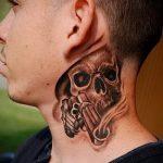 тату пистолет на шее - фото готовой татуировки 01092016 1132 tatufoto.ru