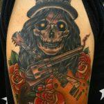 тату пистолет с розами - фото готовой татуировки 01092016 12145 tatufoto.ru