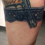тату подвязка с пистолетом - фото готовой татуировки 01092016 5205 tatufoto.ru