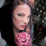 Фото тату портрет красивой девушки с розовой розой