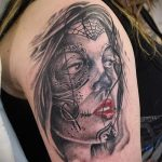 фото тату портрет в стиле санта муэрте - лицо девушки с ярко красными губами