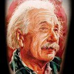 фото тату портрет - цветная татуировка с лицом Эйнштейна
