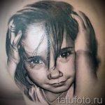 фото тату портрет ребенка - девочка с черными волосами поправляет волосы руками