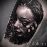 фото тату портрет девушки - девушка поправляет волосы немного склонив голову