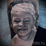Фото тату портрет ребенка - маленький мальчик с улыбкой на лице и повязанной косынкой на голове