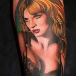 Фото тату портрет - броская блондинка и выразительный взгляд