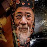 реалистичная тату портрет с лицом старика