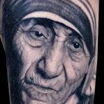 Фото тату портрет матери - старая женщина