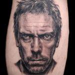 черно-белая татуировка с портретом Хью Лори в роли Доктора Хауса