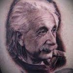 фото черно-белой татуировки с портретом Альфреда Эйнштейна