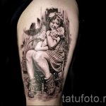 фото тату портрет - плачущая девушка в кресле с поросенком на руках