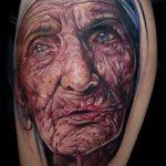 фото тату портрет матери - пристарелая женщина в рисунке - лицо со сморщенной кожей