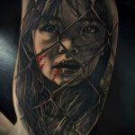 фото тату портрет ребенка - девочка со следами крови за сеткой