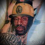 фото тату портрет - темнокожий мужчина в коричневой кепке