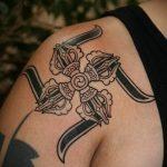тату свастика на плече - фото готовой татуировки от 02092016 1049 tatufoto.ru