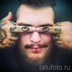 Смешная тату на пальцах - глаза