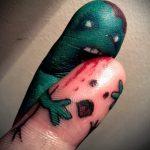 Смешная тату - пальцы как монстры