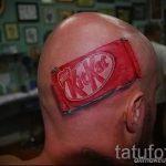 смешная татуировка с шоколадкой на лысой голове