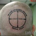 смешная татуировка - прицел на лысом затылке