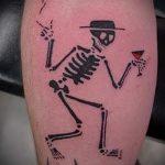 смешная татуировка - танцующий скиллет с бокалом
