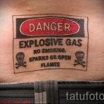 смешная татуировка - предупреждение о газовой опасности на пояснице