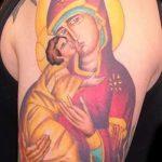 Цветная тату Божьей Матери с ребенком на плече - фото
