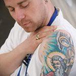 Тату икона со святыми на плече и руке мужчины - фото цветной татуировки