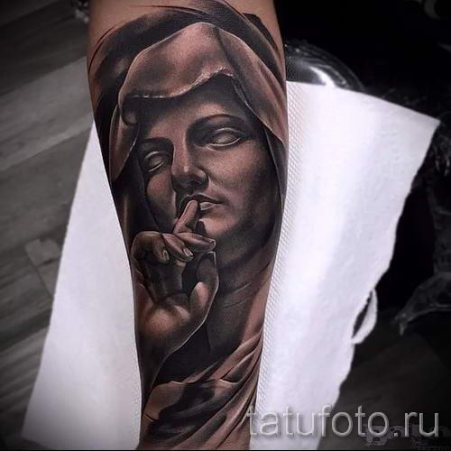 Фото тату иконы - дева с пальцем у губ