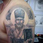 священник с книгой - фото вариант тату иконы