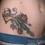 Pistolen-Tattoo auf dem Bauch - ein Foto des fertigen Tätowierung 01092016 1012 tatufoto.ru
