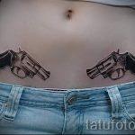 Pistolen-Tattoo auf dem Bauch - ein Foto des fertigen Tätowierung 01092016 2013 tatufoto.ru