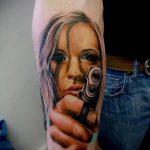 Tattoo-Mädchen mit einer Pistole - ein Foto des fertigen Tätowierung 01092016 2052 tatufoto.ru