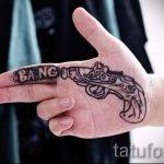 Tattoo-Pistole in seiner Hand - ein Foto des fertigen Tätowierung 01092016 1059 tatufoto.ru