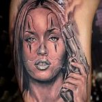 fille de tatouage avec une arme à feu - une photo du tatouage fini 01092016 1001 tatufoto.ru