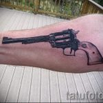gun tattoo on her wrist - a photo of the finished tattoo 01092016 2006 tatufoto.ru