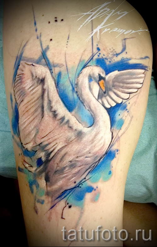 Пример татуировки с лебедем - фото для статьи про значение тату 2