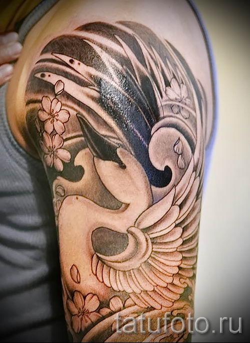 Пример татуировки с лебедем - фото для статьи про значение тату 11