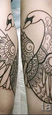 Пример татуировки с лебедем – фото для статьи про значение тату  15