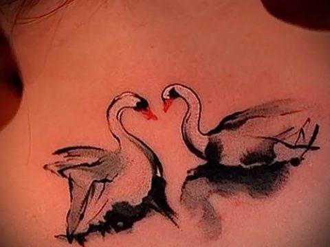 Пример татуировки с лебедем - фото для статьи про значение тату 40
