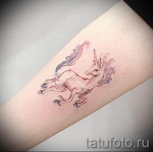 Пример фото с классной тату единорог для статьи про значение тату 8