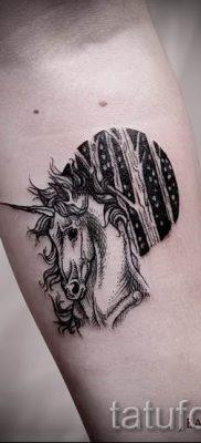 Пример фото с классной тату единорог для статьи про значение тату 14