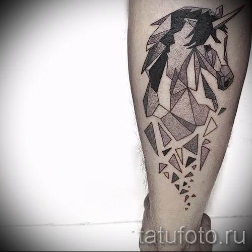 Пример фото с классной тату единорог для статьи про значение тату 25