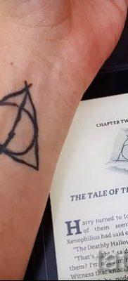 Фото тату тату дары смерти для статьи про значение рисунка татуировки – tatufoto.ru – 17