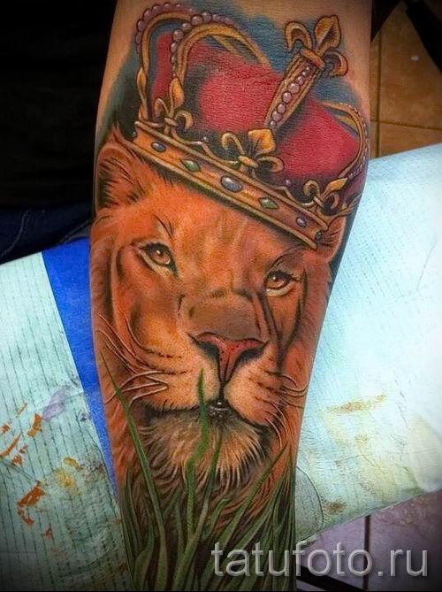 тату лев с короной - фото для статьи про значение татуировки - tatufoto.ru - 1