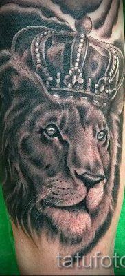 тату лев с короной – фото для статьи про значение татуировки  – tatufoto.ru – 2