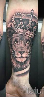 тату лев с короной – фото для статьи про значение татуировки  – tatufoto.ru – 16