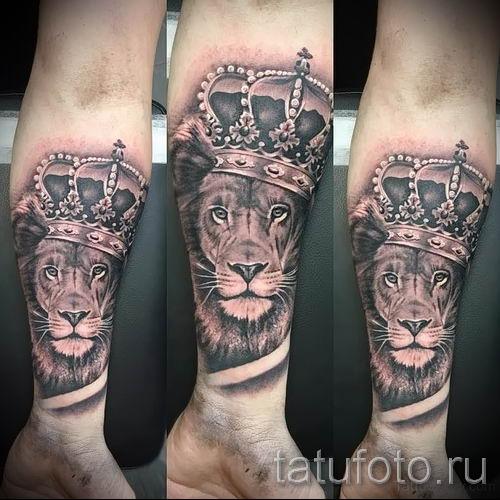 тату лев с короной - фото для статьи про значение татуировки - tatufoto.ru - 16